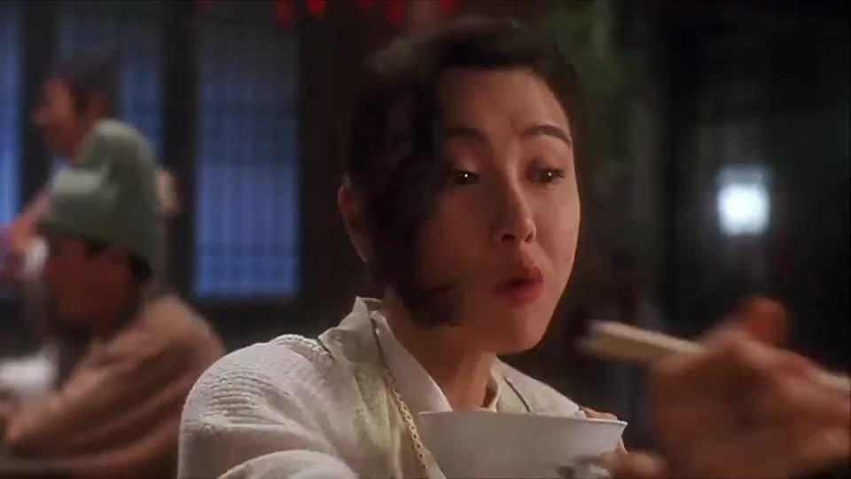 看李连杰钱小豪吃饭就是香,满满一桌的大鱼大肉,吃得满嘴的油