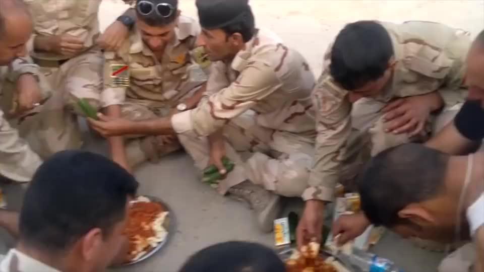 叙利亚战场上的士兵伙食,个个都有黄瓜吃,看样子很丰盛!
