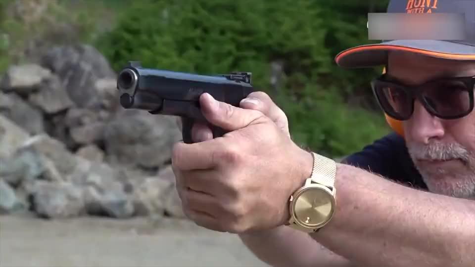 蓝色握柄的M1911手枪,性能可靠不输伯莱塔,比格洛克更胜一筹