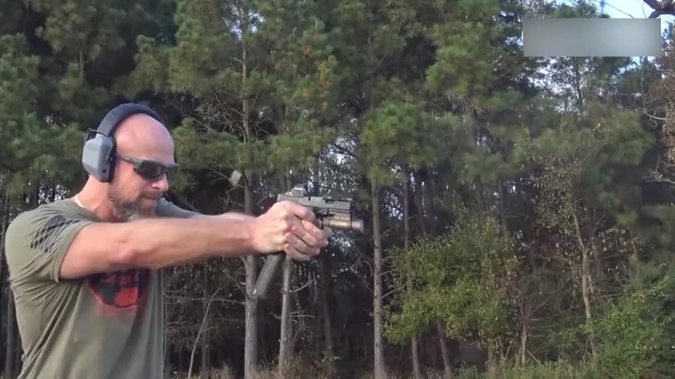 老外试射9mm口径手枪,配备加长弹匣,射速快的像冲锋!