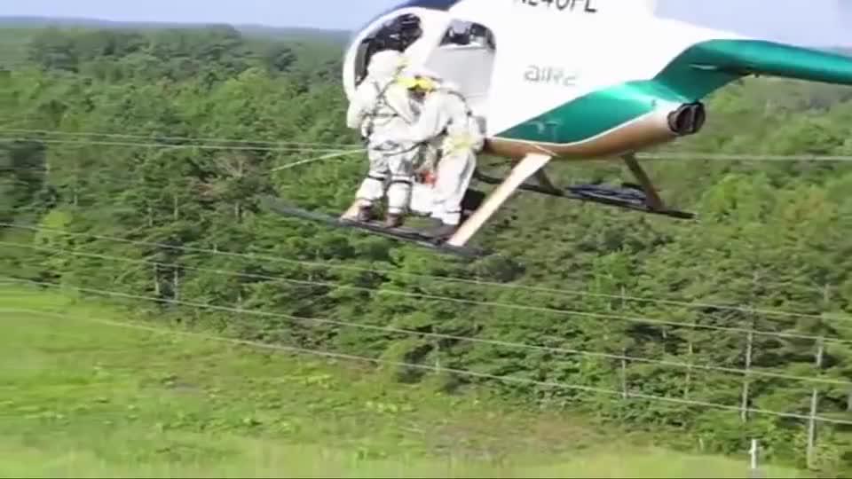 实拍直升机将线路员送到电线上,真为他捏把汗!