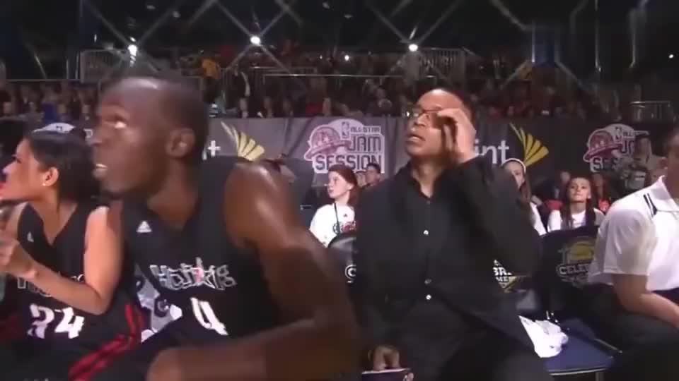 篮球场上博尔特下快攻,对手直接就不用追了