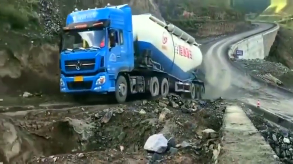 大货车爬山坡,低档位大油门一路轻轻松松,司机技术真好!