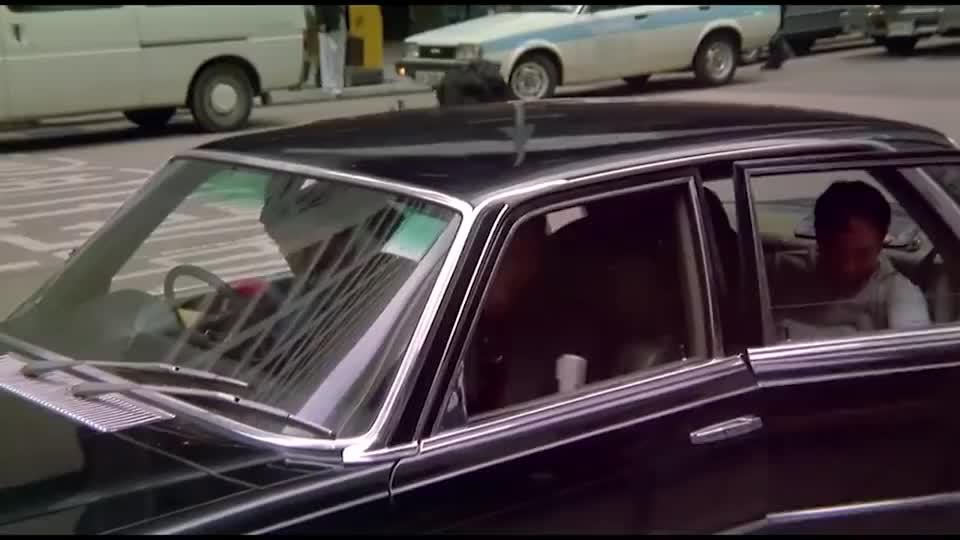 星爷什么时候混的这么差了,都给大傻当起司机来了