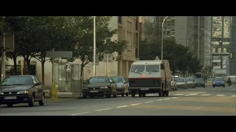 姑娘推着婴儿车过马路,这手上的汗毛啥情况?竟是劫匪