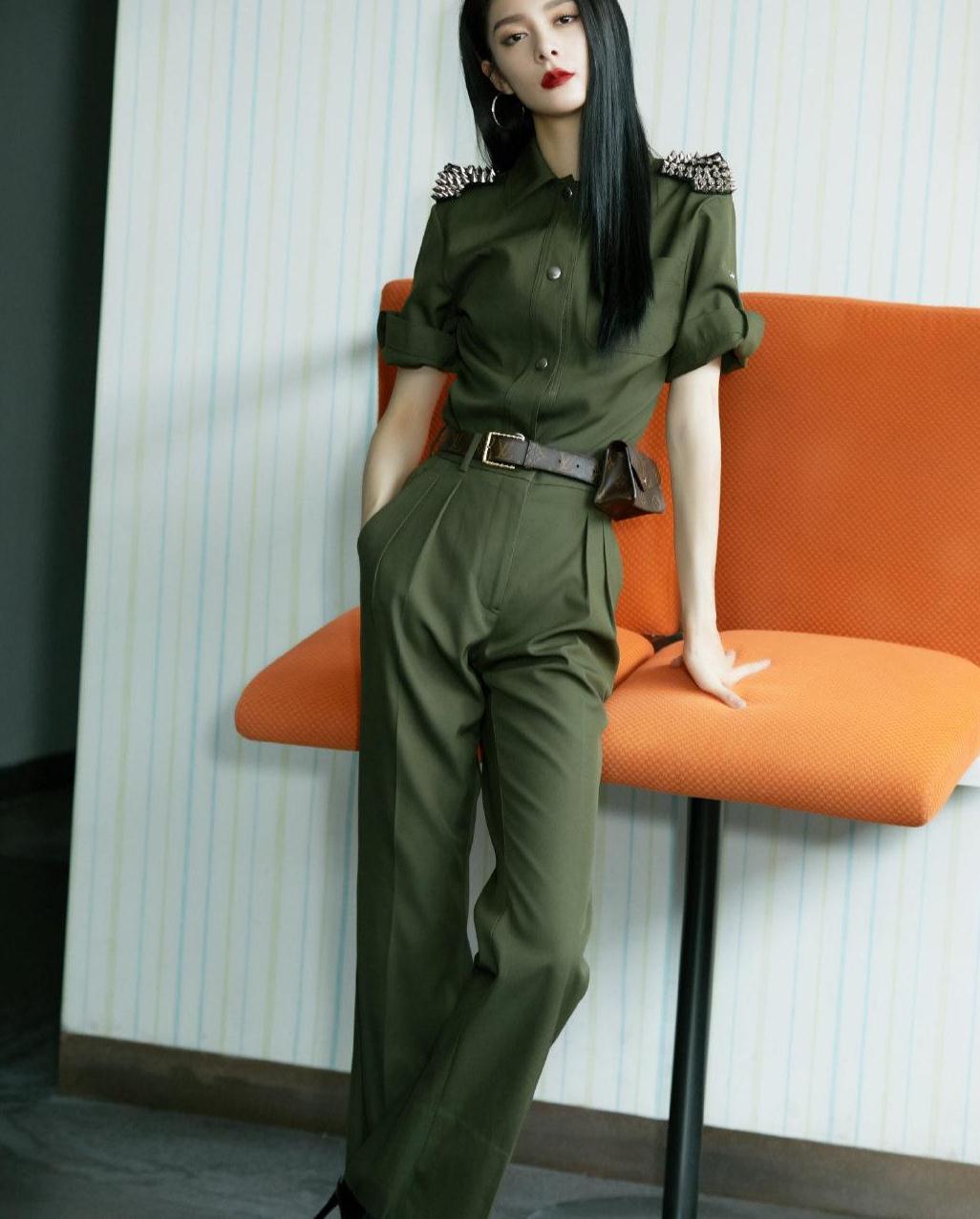 傅菁新造型太帅了吧!一袭军绿套装飒爽英姿,时尚吸睛又有范儿