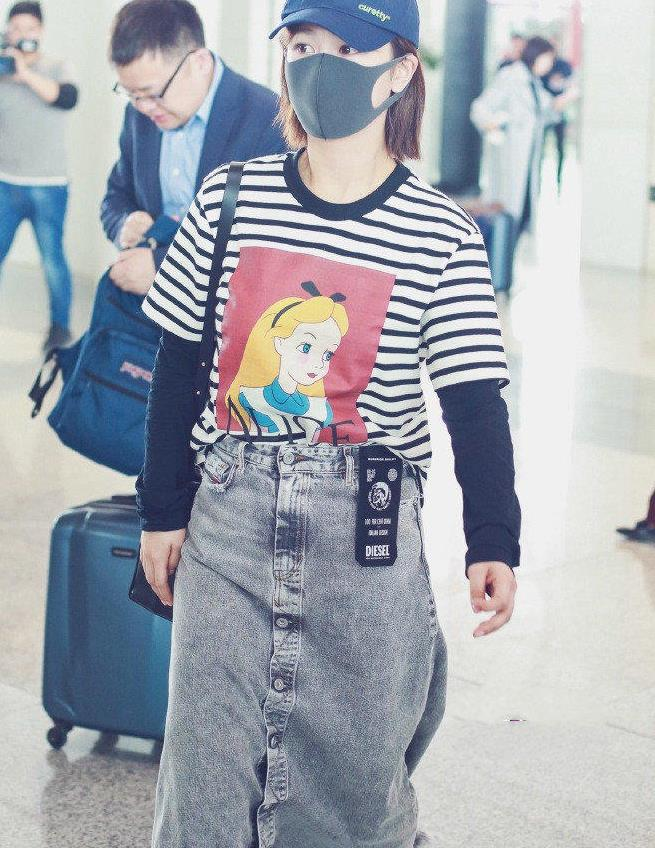 杨紫私服造型真时髦,穿条纹T恤搭配牛仔半身裙走机场,漂亮大方