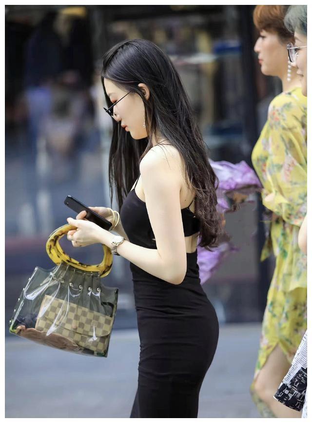 连衣裙的搭配文艺又不土气,唯美气息不断,拥有强烈的时尚触觉
