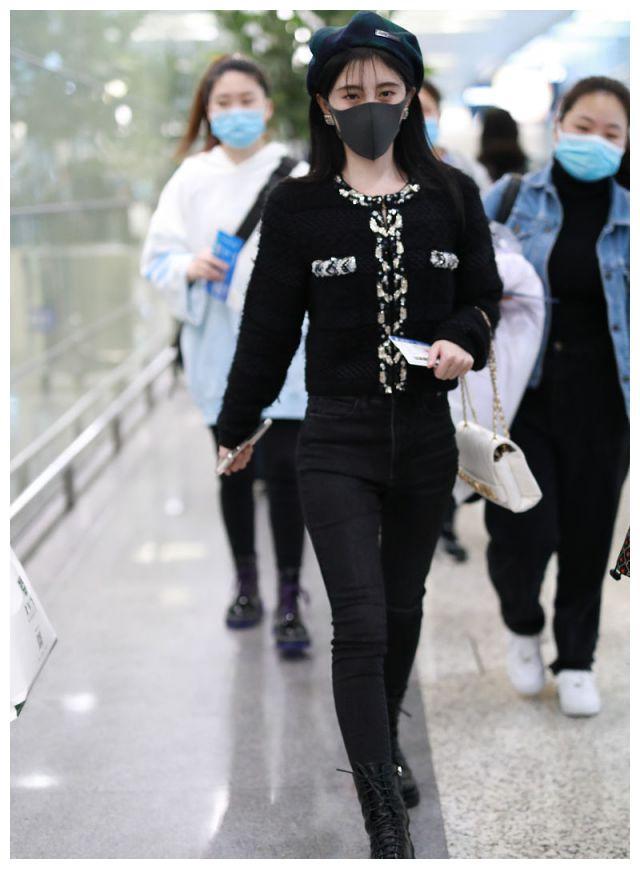 鞠婧祎穿黑色香奈儿粗花呢外套搭八角帽太清新,又瘦又美