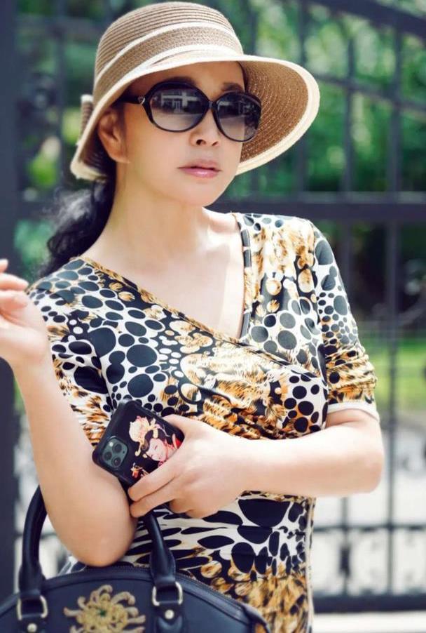 刘晓庆晒自拍,穿豹纹连衣裙好优雅,磨皮瘦脸精致到不像65岁