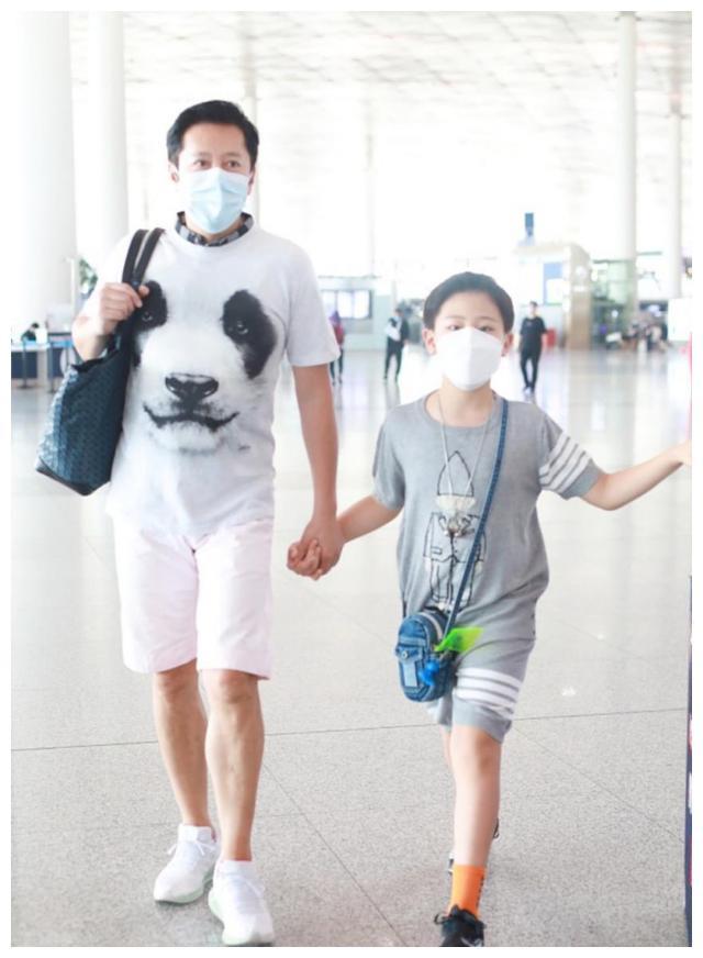 54岁蔡国庆带娃露面,9岁儿子一身衣服竟要2万?父子牵手关系好