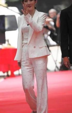 谢娜终于成熟起来!穿镶钻西装路拍美成焦点,但身材走形很减分