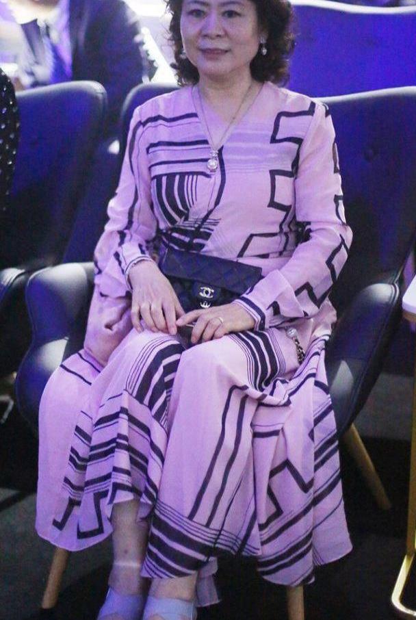 郎朗母亲气质真优雅,穿粉色连衣裙配松糕鞋,端庄大气又减龄
