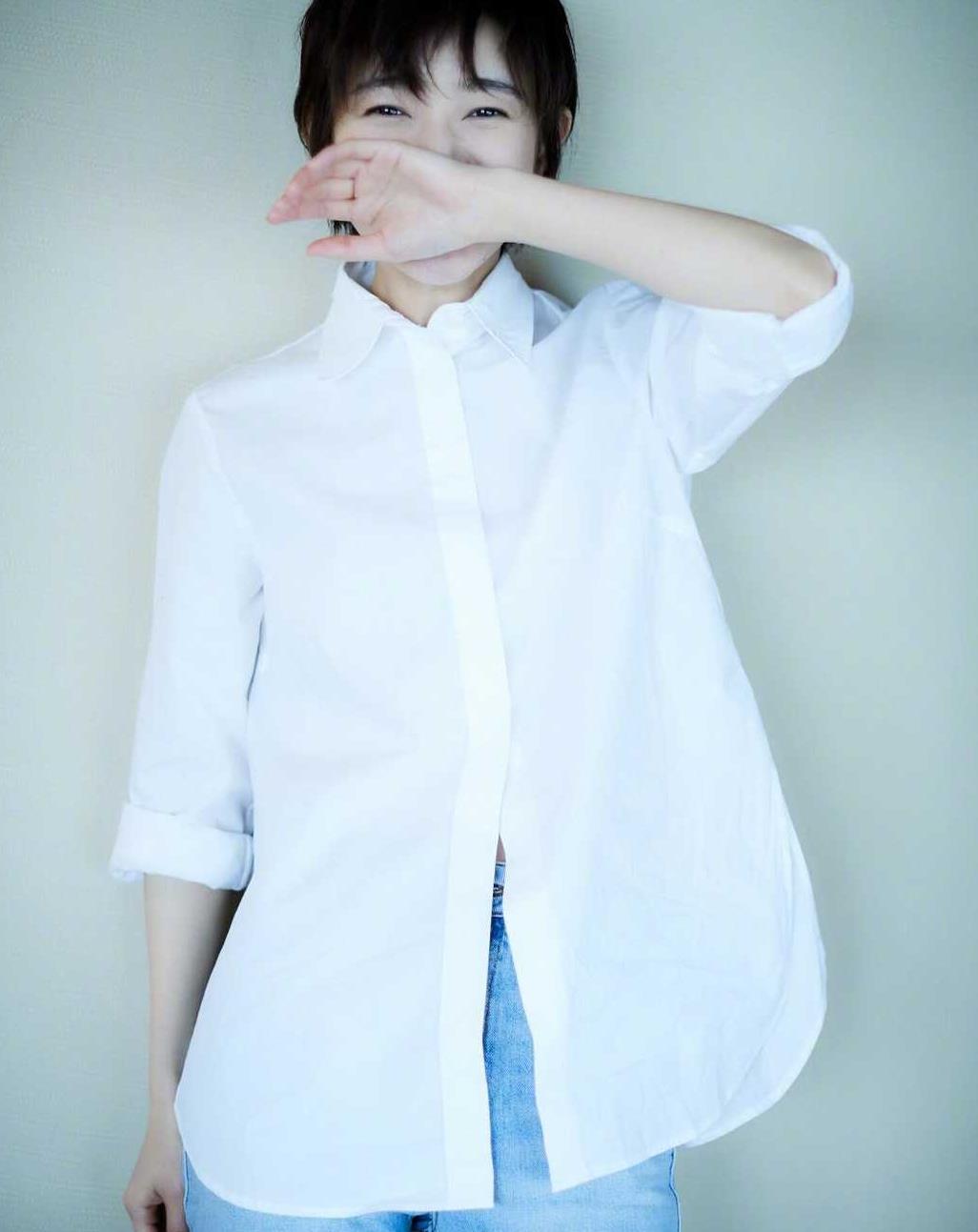焦俊艳衣服品味在线,穿白衬衫配牛仔裤,基础款穿出高级感,洋气