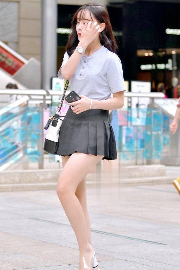 时尚街拍:最火的百褶裙女神,面容姣好宛如大学校花