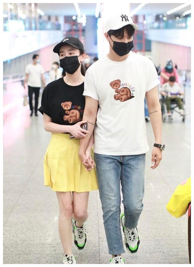 """张檬小五合体走机场,穿情侣T恤活泼减龄,好似""""校园恋"""""""