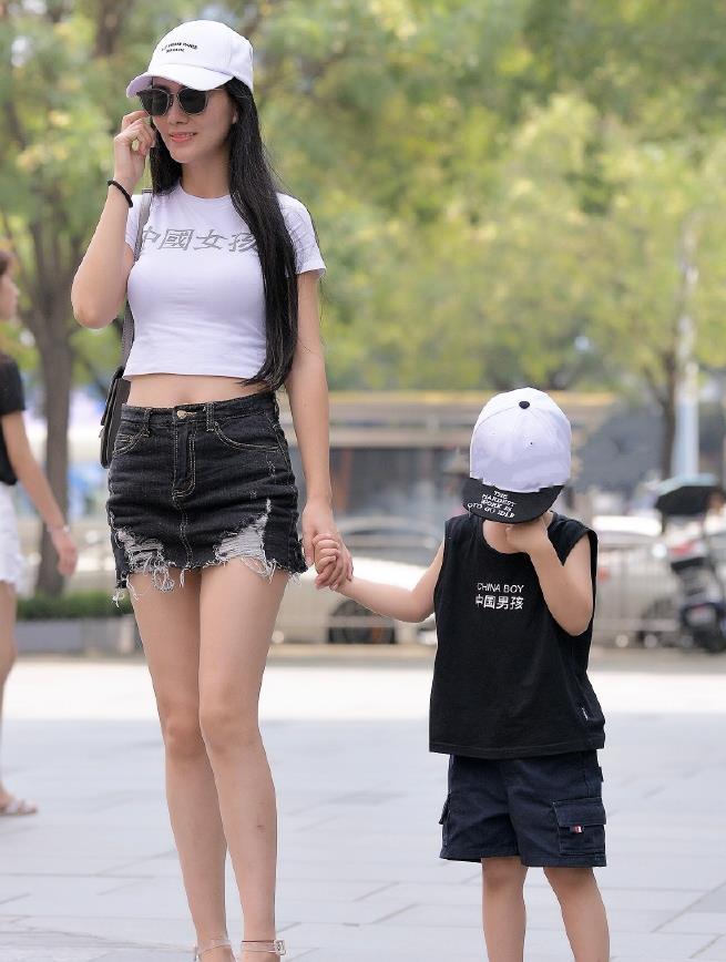 """时尚""""亲子装"""",辣妈选择搭配""""超短裙"""",一点不像当妈的人!"""