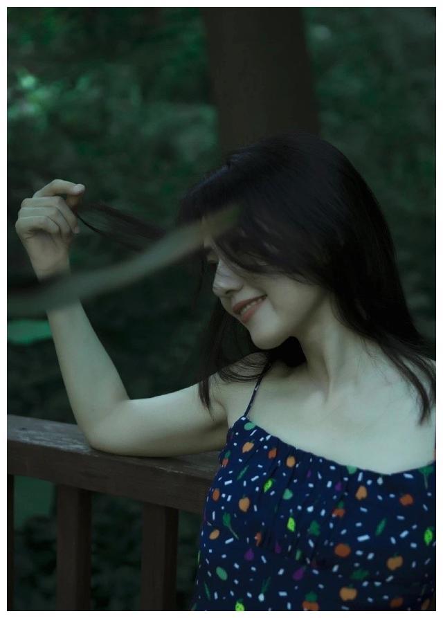 40岁高圆圆美回颜值巅峰!穿碎花吊带裙清凉出镜,网友:仙女来了