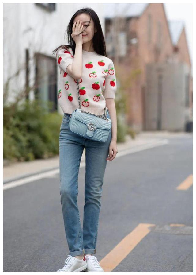 """今秋火了一种穿法,叫""""针织衫+牛仔裤"""",时髦洋气,杨幂都上头"""