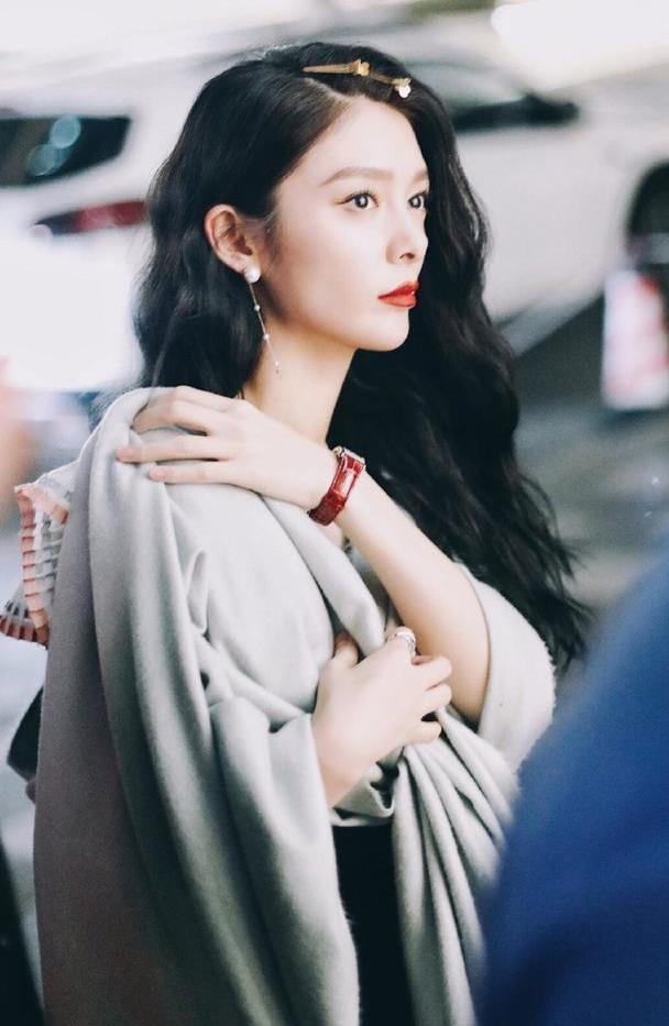 傅菁这也太像大小姐了吧!身穿黑色长裙,气质优雅!