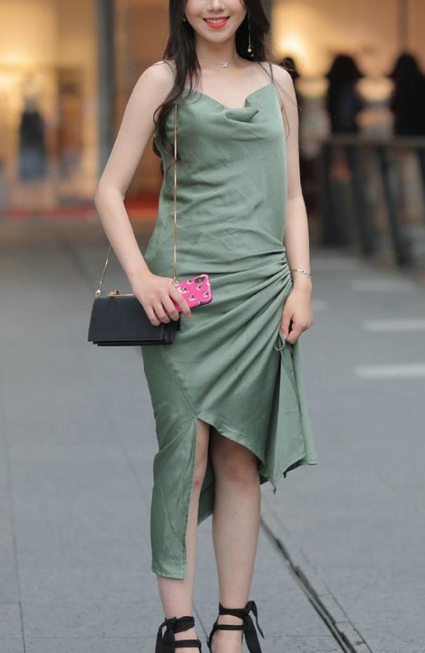 """很有""""陈旧感""""的裙子,褶皱式的裙摆设计"""