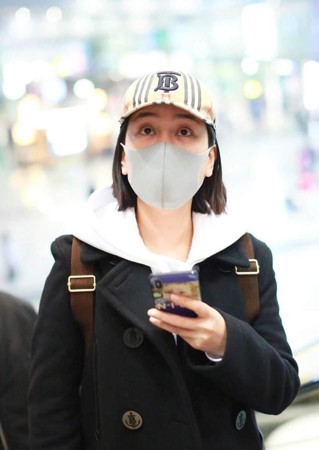 马苏的私服搭配太聪明,穿搭偏爱简约风,黑白配再戴格纹帽真时髦