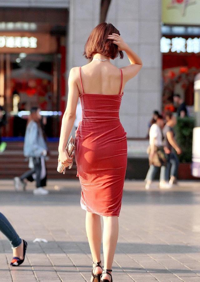"""这种""""透光""""的丝绒裙子,彰显独特的韵味,让人失去抵抗力吧?"""