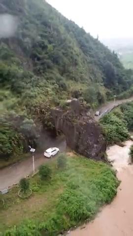 汽车穿越石洞,大山深处一条小路,往镇上的必经之路