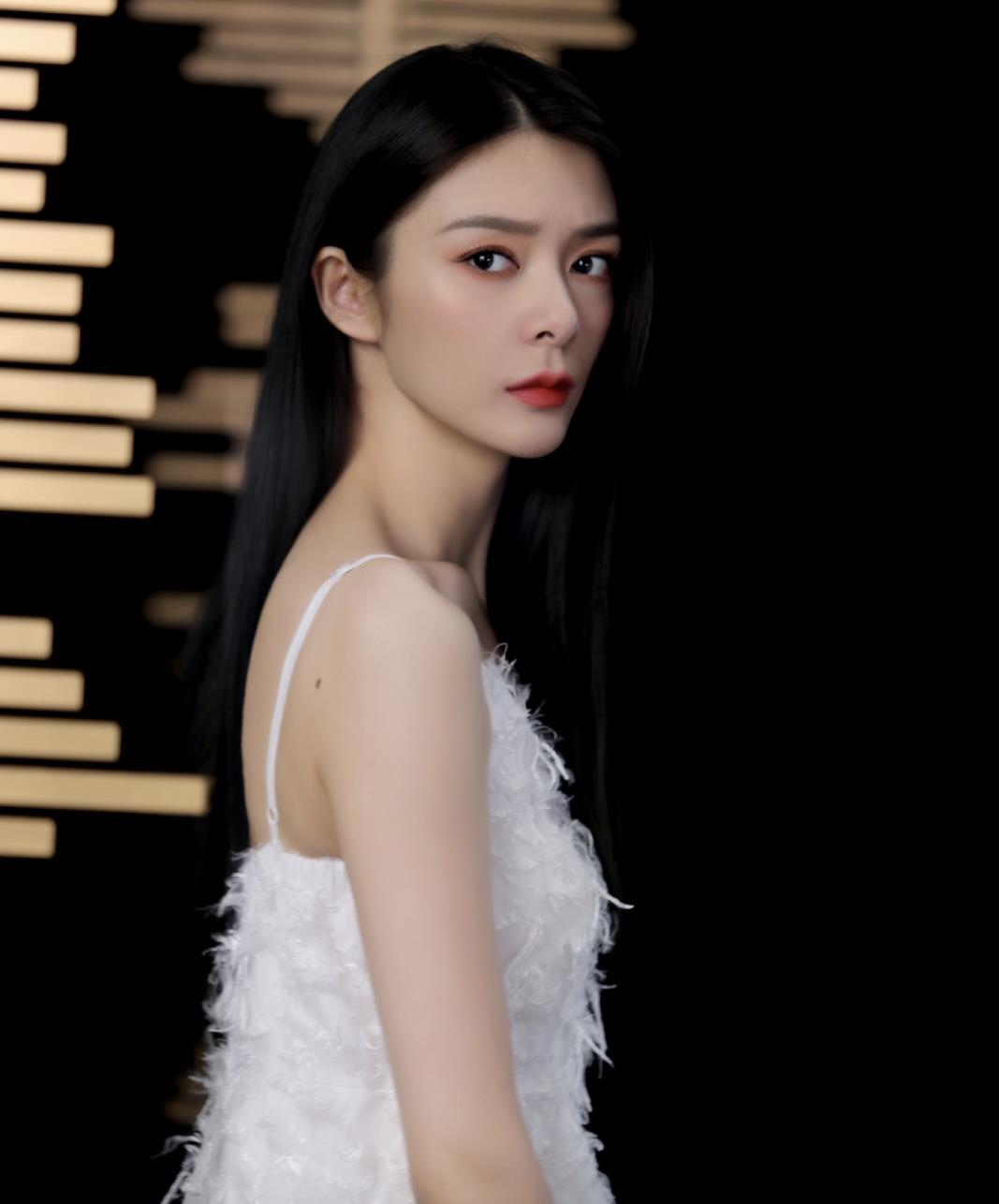 傅菁的唯美穿搭太撩人了,一席白色羽毛连衣裙,美得如仙女