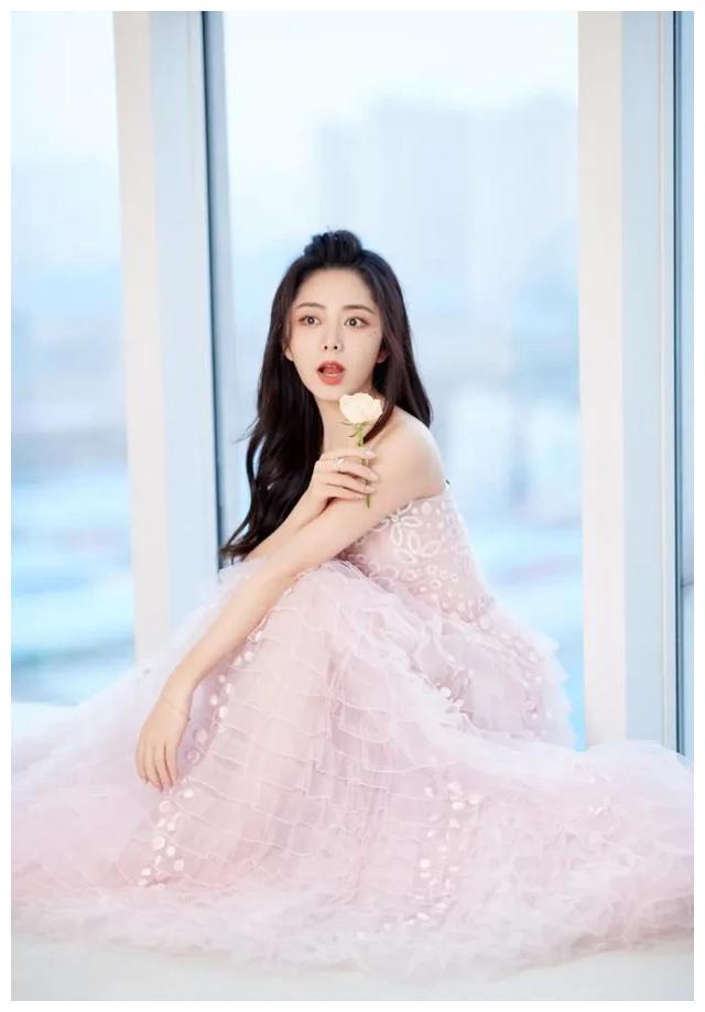 谭松韵才是甜美女孩!粉色刺绣纱裙时尚又优雅,少女感溢出屏幕