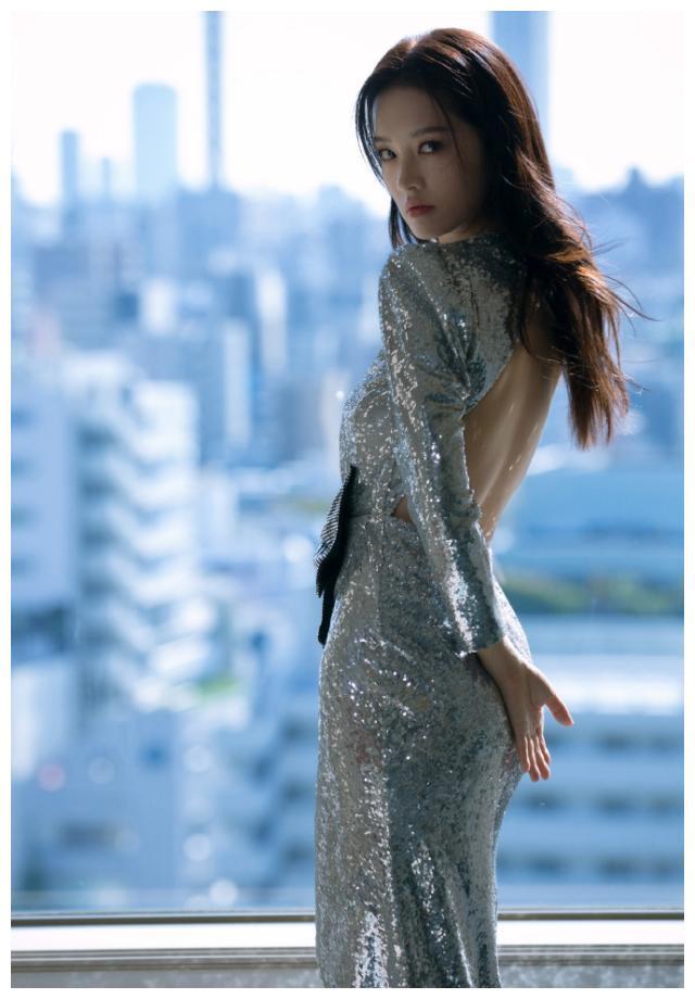 """是仙女吧!李沁银色亮片礼服亮相 长发飘飘""""筷子腿""""吸睛"""