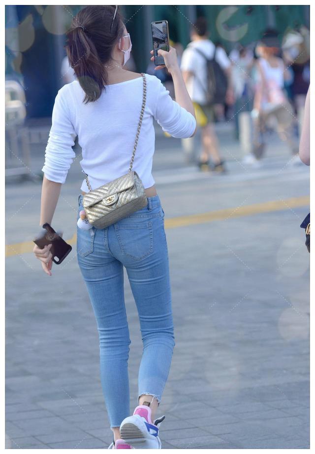 爱穿牛仔裤的女生,上衣要选时髦显身材的,造型才能远离路人感