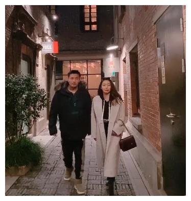 黄梦莹和陌生男子散步,两人颜值般配到极点,杨幂都不管吗?