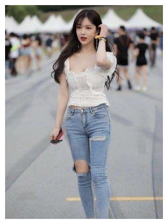 夏日简约休闲风穿搭, 时尚女生更爱破洞牛仔裤, 省心好穿又耐看