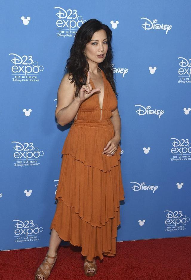 56岁的华裔女演员温明娜出席迪士尼传奇新闻发布会