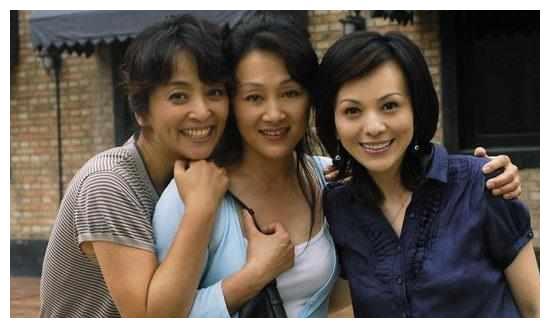 曾扬言不嫁中国人,三次嫁给外国人无结果,55岁带儿子回国发展