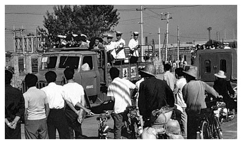 80年代严打时期的老照片,犯罪分子被押着游街,公审大会上判刑
