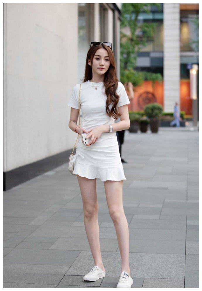 白色连身裤短裙,修饰出了利落得体的感觉,轻盈舒适的穿搭体验.