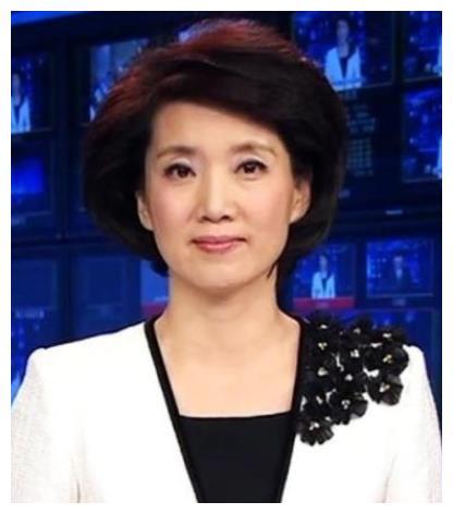 央视主播李修平:3次高考落榜,两段婚姻无儿女,57岁仍是女神