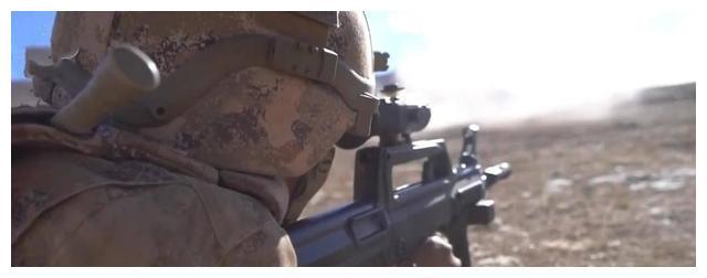 一个小细节引发印军恐慌!95步枪加装支架握把,释放信号非常明显