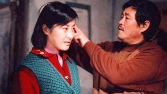 王雅捷在乡村剧中打扮满身土气,但现实中她时尚又知性!