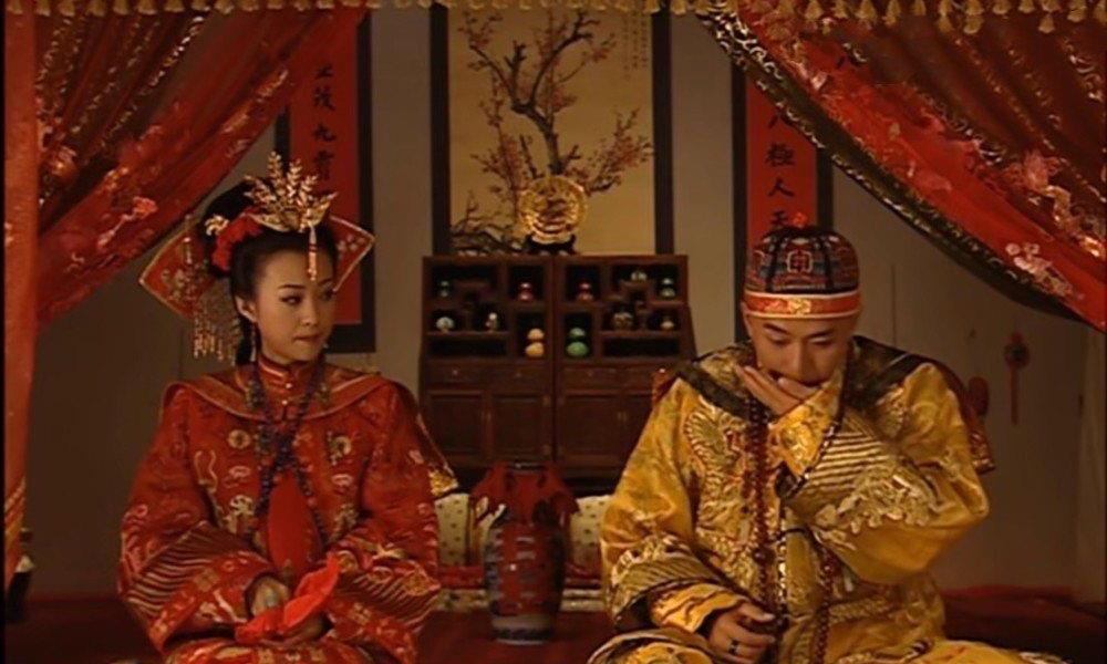 《少年天子》福临大婚时,为何太妃和孝庄佩戴同样发饰?暗藏心机