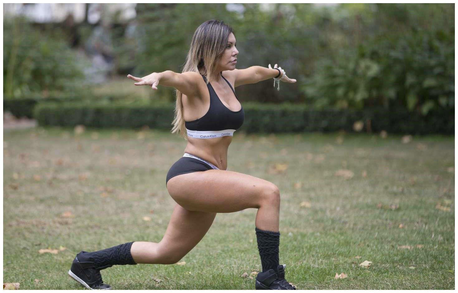 巴西女星现身公园做健身训练,穿运动套装跨弓步一展矫健身姿