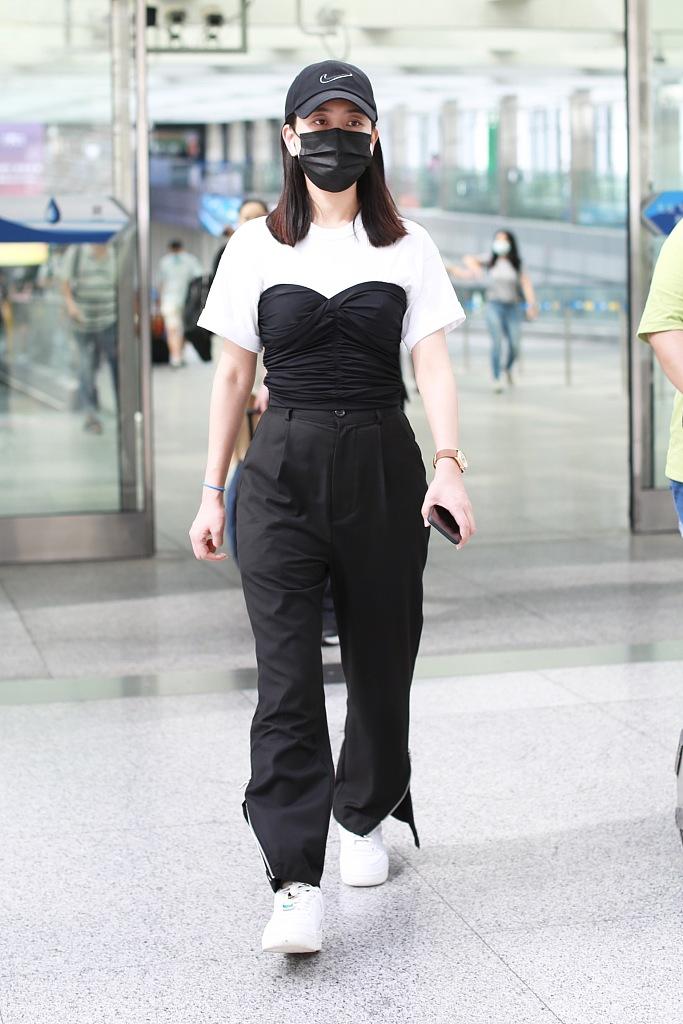 马苏穿黑白套装亮相机场,素颜出镜凹出小蛮腰,手上名表抢镜