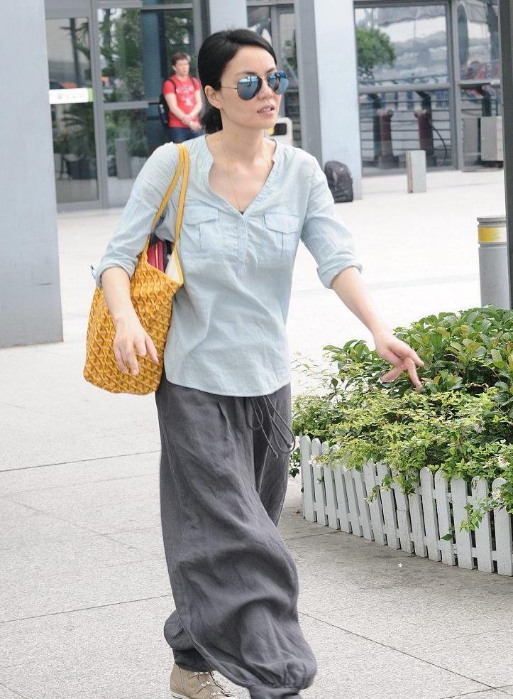 """王菲私服造型好随意,穿灰色""""功夫裤""""扎个啾啾,休闲时髦又藏肉"""