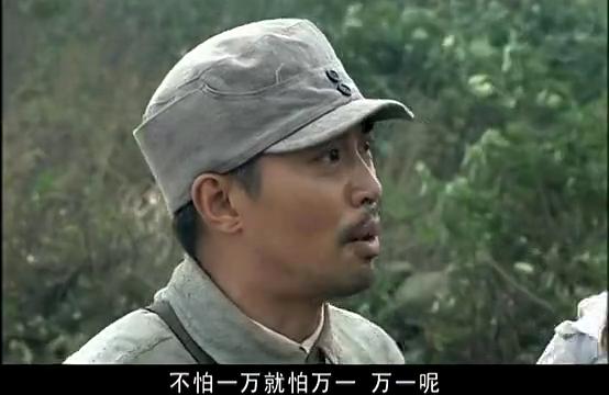 营长不同意司令员拿火柴做靶子,他只好拔出枪,朝地上开枪
