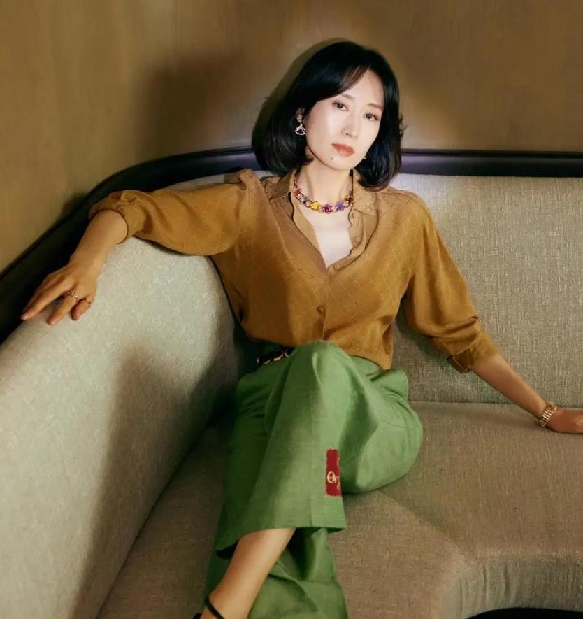 刘敏涛一点没见老,衬衫配阔腿裤时髦又洋气,不像40多岁的人