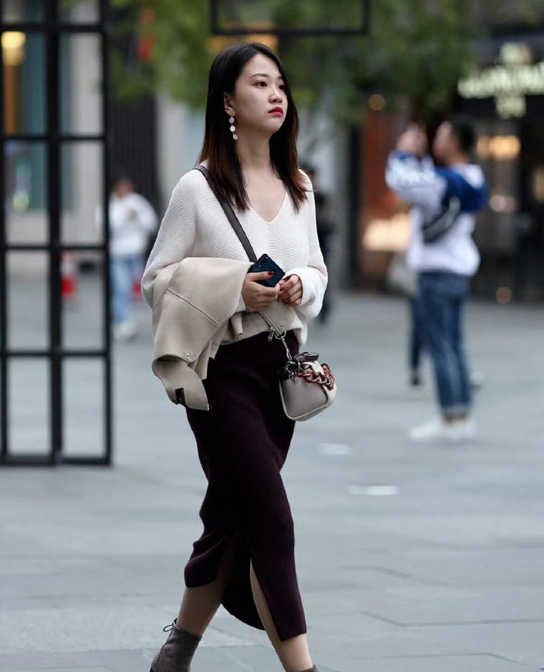 街拍:小姐姐白色针织衫搭配黑色紧身裙,长发披肩温柔甜美