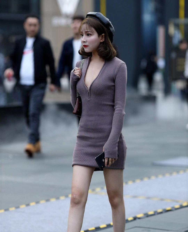 街拍:小姐姐紫色紧身短裙搭配黑色贝雷帽,短发时尚气质优雅