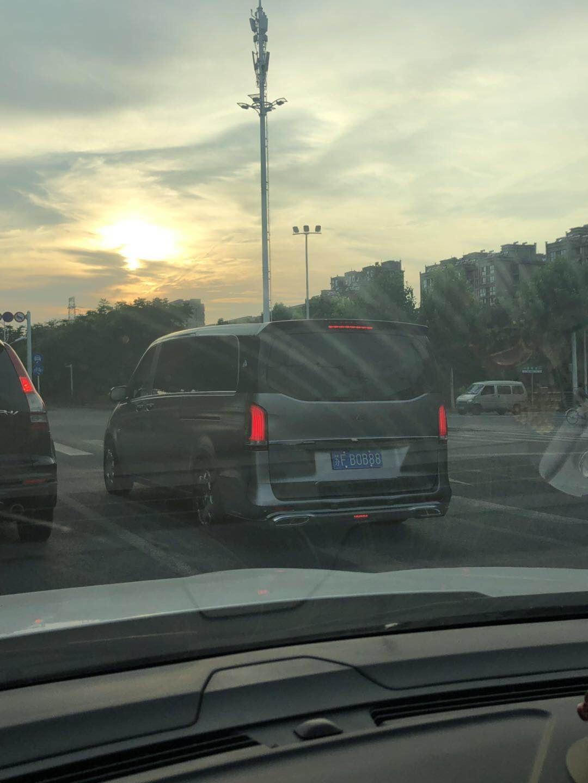 南通沿江公路实拍迈巴赫奔驰房车,外观充满了奢华感!